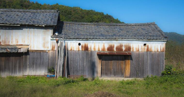 広い土地の一部にある小屋