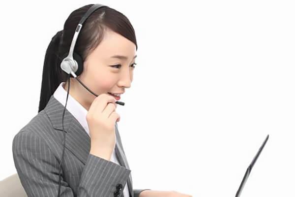 電話でのご予約受付する女性スタッフ